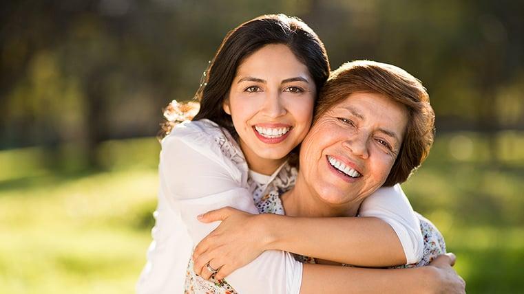 Hija abrazando a mamá