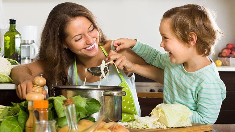Mama con hijo cocinando