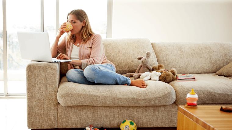 Mujer sentada en el sofá